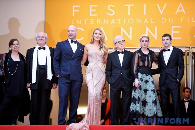 Режисер Вуді Аллен (третій праворуч) та актори Блейк Лайвлі (у центрі), Крістен Стюарт (друга праворуч), Корі Столл (третій ліворуч) і Джессі Айзенберг (праворуч), що представляють фільм-відкриття Cafe Society / Фото: Укрінформ