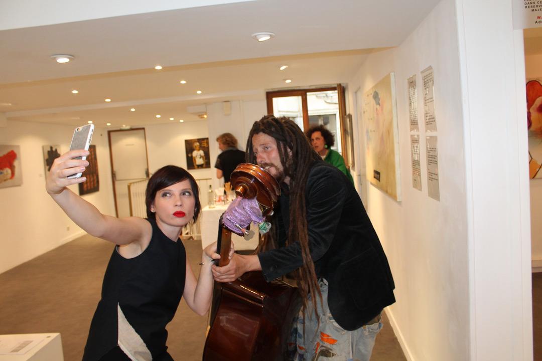 Перший секретар посольства України у Франції з питань культури Ірена Карпа фотографується з музикою під час вернісажу «Crimee - Lviv: ENJOY!»