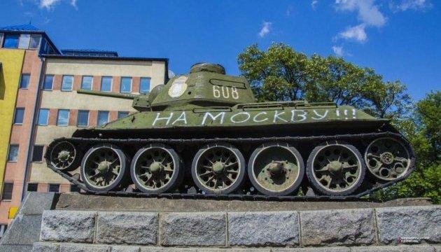 Танк-памятник в Черновцах разрисовали надписью «На Москву!»