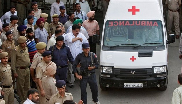 В Индии самосвал столкнулся с автобусом: погибла почти вся семья из 18 человек