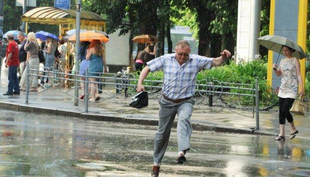 В Україні завтра хмарно, дощ і грози