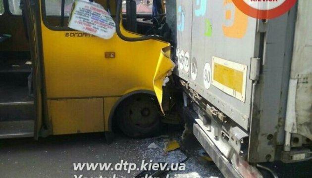 На Кільцевій маршрутка врізалася у вантажівку: є постраждалі