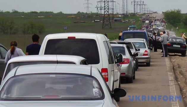 В пунктах пропуска на линии разграничения застряли 240 авто