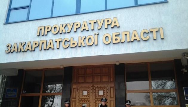 Проти поліцейських, які побили місцевих жителів на Закарпатті, відкрили справу