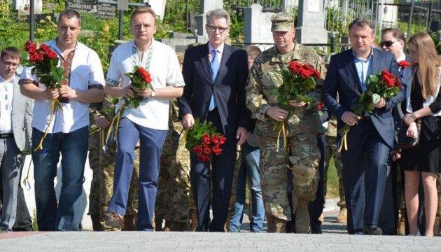 Учасники Днів Америки у Львові вшанували пам'ять американських  пілотів