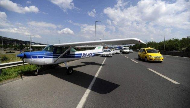 В Угорщині літак екстрено сів на автостраду