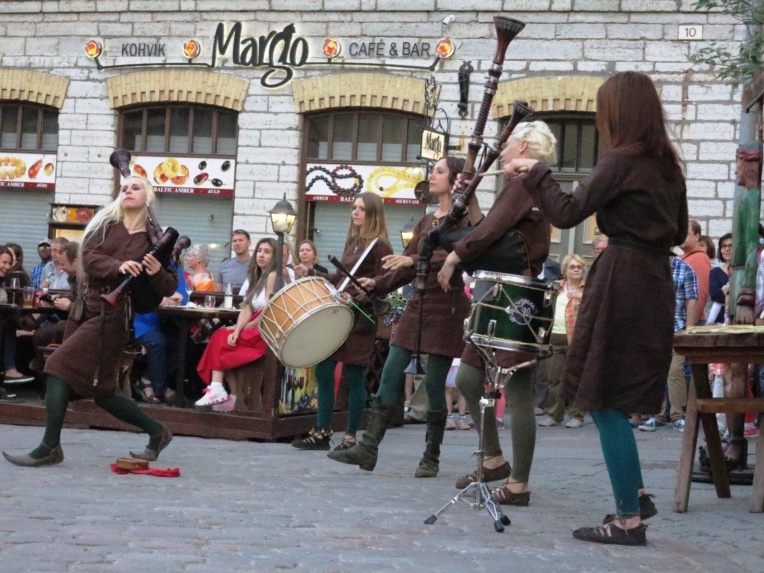 Ансамбль старовинної музики грав біля Ратуші просто неба
