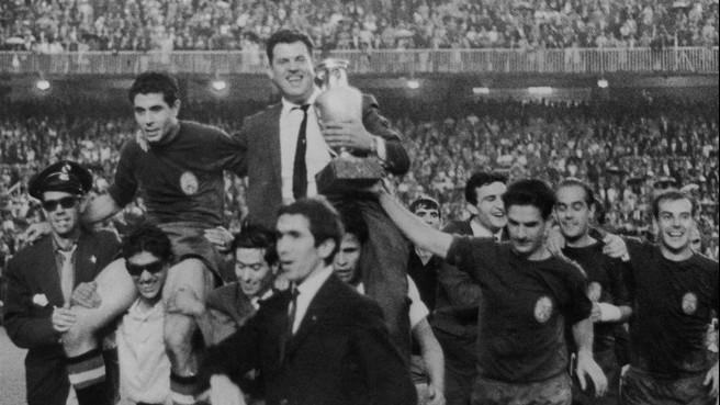 Іспанці святкують перемогу з рахунком 2:1 над СРСР у фіналі ЧЄ-1964. Фото: Getty Images