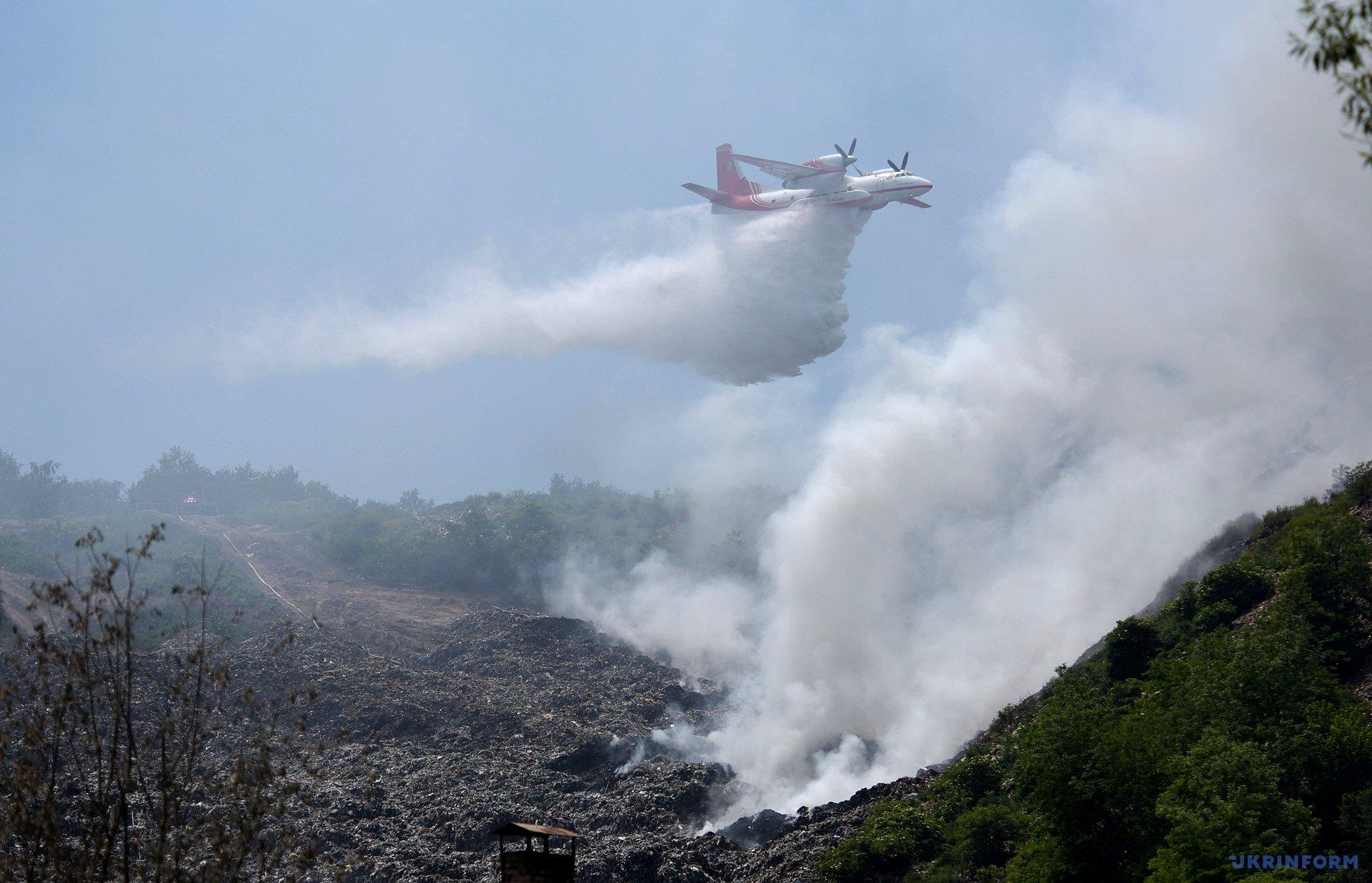 К ликвидации пожара на Грибовецкой свалке привлекли авиацию / Фото: Маркиян Лысейко, Укринформ