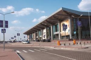 В Харьковском аэропорту и ТРЦ ищут взрывчатку, людей эвакуируют