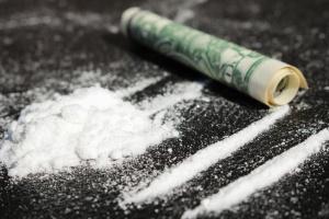 На пляжі Франції хвилі винесли сотні кілограмів кокаїну