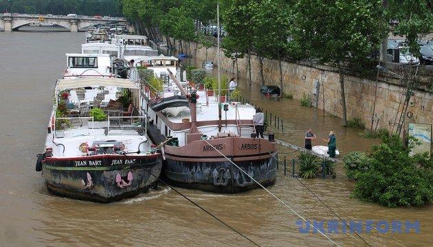 Велика вода у Парижі: з Лувра починають вивозити експонати