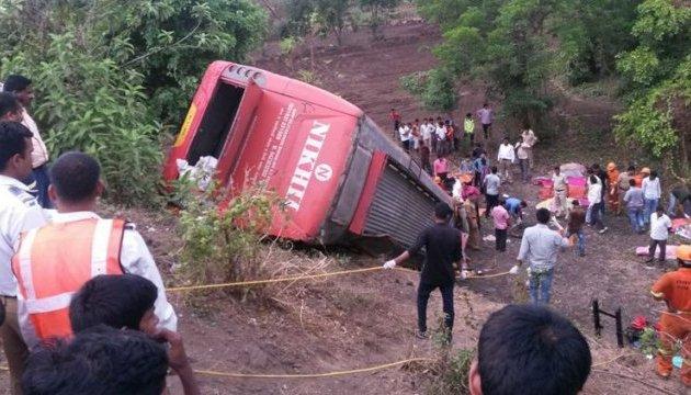 Індійський автобус протаранив дві автівки, 17 загиблих