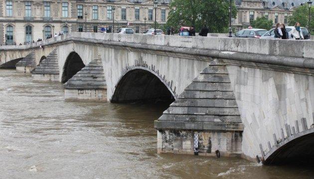Велика вода відступає з Парижа, але все ще загрожує провінціям
