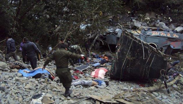 В Індії автобус зірвався в ущелину: понад 20 загиблих