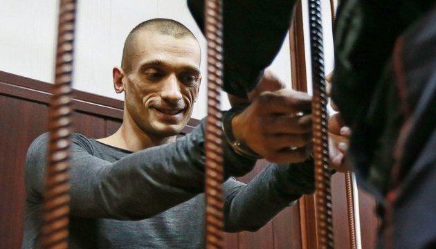 Суд оставил Павленского под стражей, но заседание прошло в открытом режиме