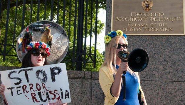 Гості посольства РФ у США вислухали правду про Путіна