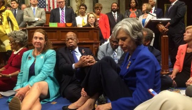 Демократы в Конгрессе США устроили сидячую забастовку из-за закона об оружии