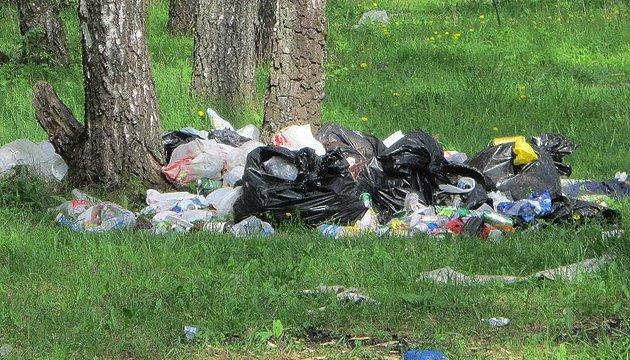 На Тернопольщине лесники с семьями разбирают от мусора берега водоемов и лес