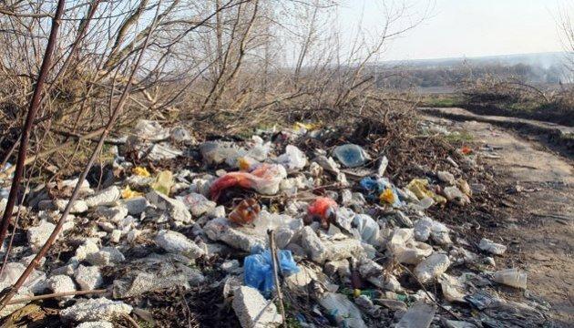 Херсон накрив сморід - під містом майже на кілометр розкидали сміття