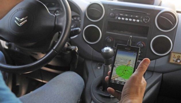 У Франції водіям можуть заборонити користуватися смартфонами