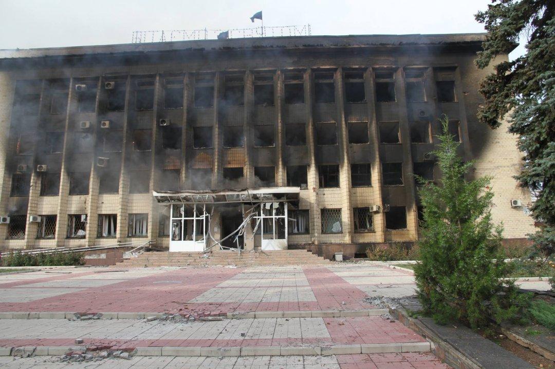 Підпалена терористами будівля димить декілька годин після завершення бою