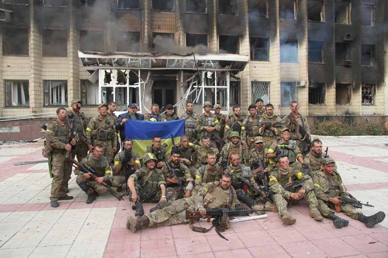 Загін героїв Сил спеціальних операцій повернули Державний прапор України у Дзержинськ