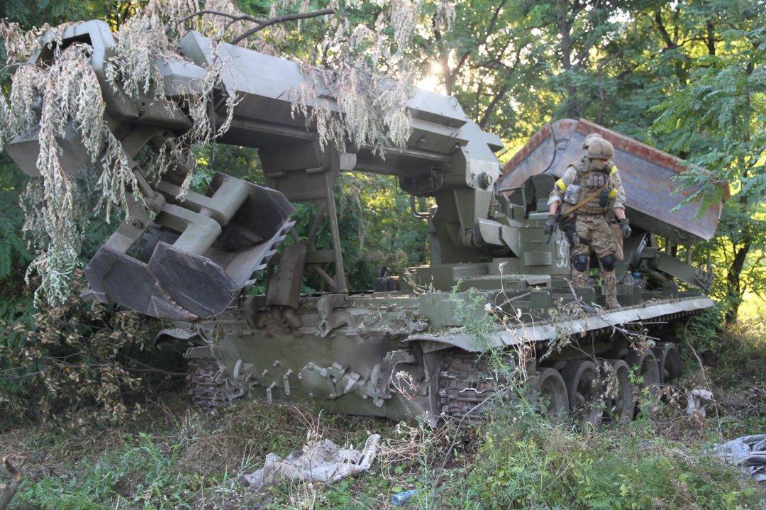 На шляху висування військовослужбовці спецназу виявили у лісосмузі добре замасковану ІМР-2 (інженерна машина розгородження)