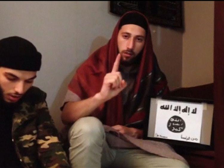 Боевики Адель Кармиш (слева) и Абдельмалик Петитьен(справа) с символикой ИГИЛ