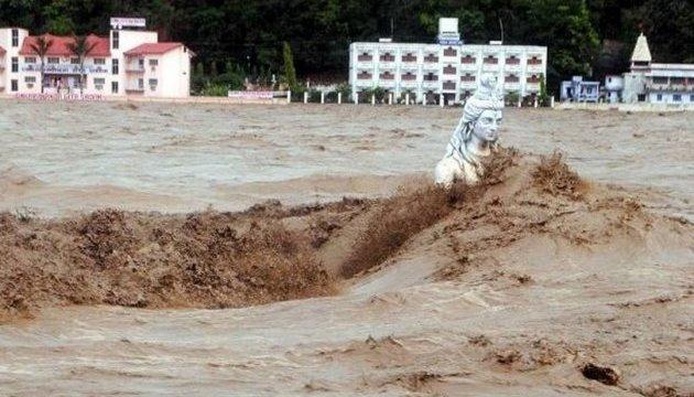 Обрушение моста в Индии: более 20 человек пропали без вести