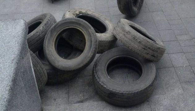 Сторонники блокады Донбасса принесли шины под Винницкий облсовет
