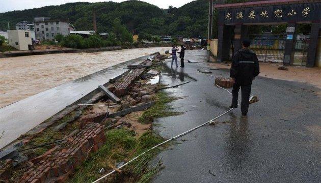 На Китай обрушився потужний тайфун