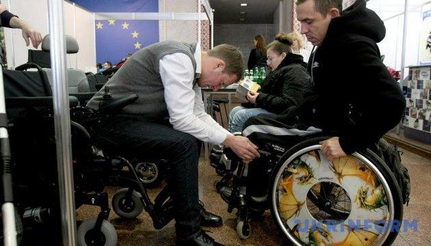 Благодійники привезли в Україну 600 візочків для інвалідів
