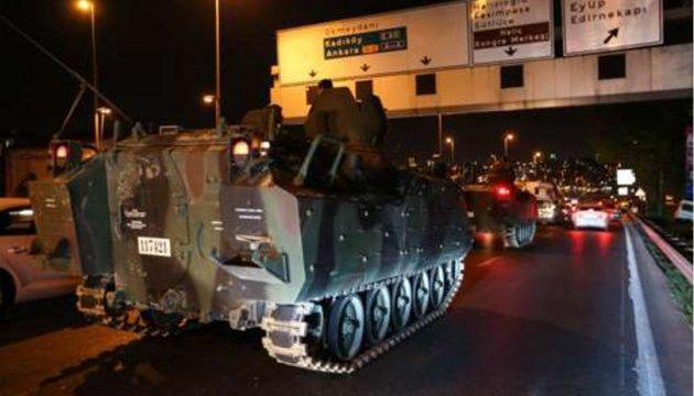 Будівлю турецького парламенту обстрілюють танки - Reuters