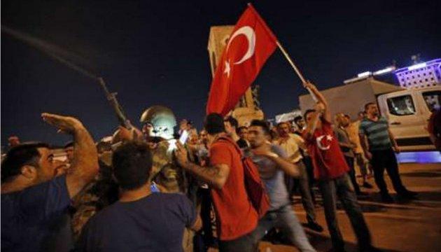 Сторонники Эрдогана пытаются блокировать военных на улицах