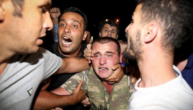 Греція видасть Туреччині трьох із восьми військових-утікачів