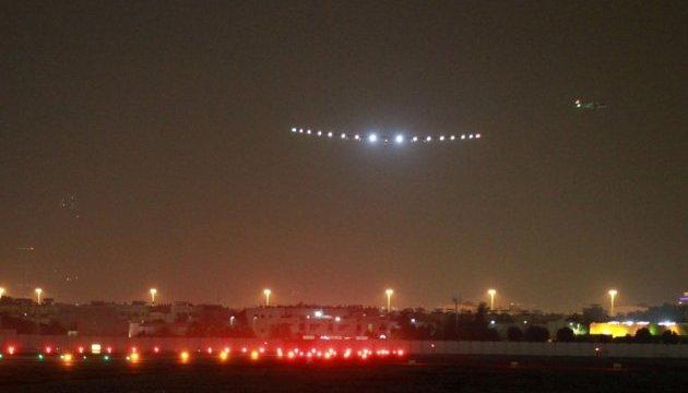 Літак на сонячних батареях завершив навколосвітню подорож