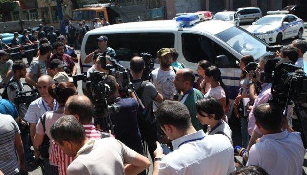 В Ереване удалось освободить из заложников одного врача