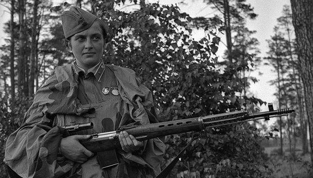 Вогонь по українській дівчині-снайперу ведуть досі