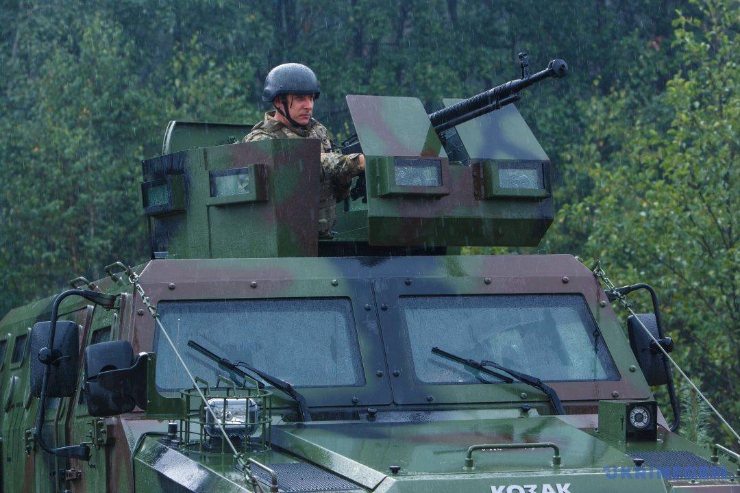 На фото: український військовий на бойовій броньованій машині