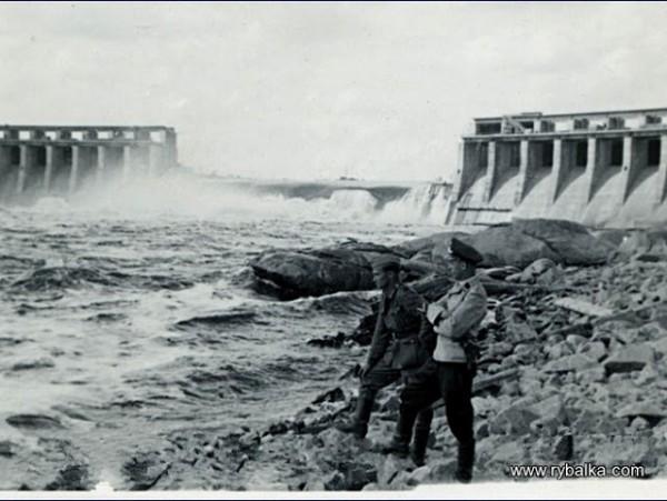 Немцы у плотины ДнепроГЭС. 1941 год.