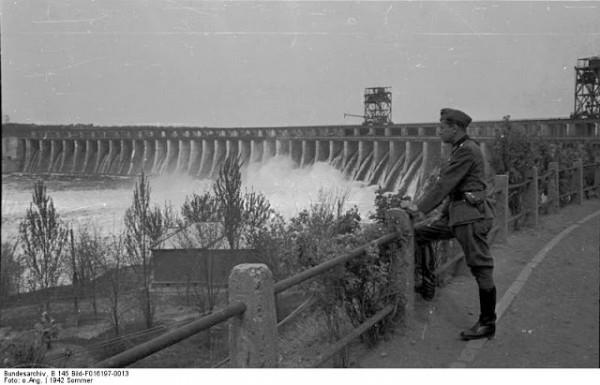 Восстановленная немцами плотина ДнепроГЭС. Авг. 1942 год.