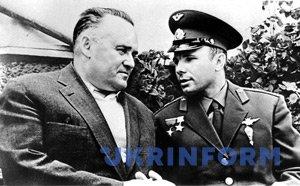Сергій Корольов (зліва) і Юрій Гагарін. Фото: Укрінформ.