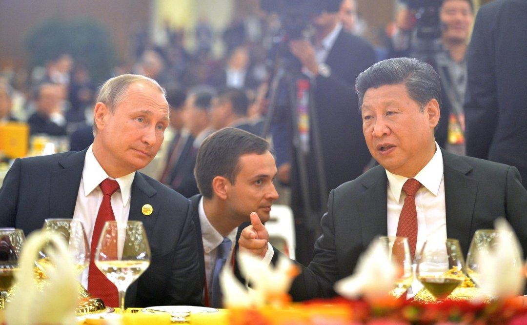 На фото: ліворуч - президент РФ Володимир Путін, праворуч - президент Китаю Сі Цзіньпін