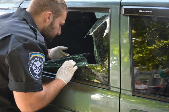 Полыцейський проводить експертизу скла автівки. Фото: НПУ