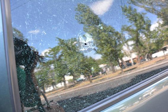 След от пули в стекле авто пострадавшего. Фото: НПУ