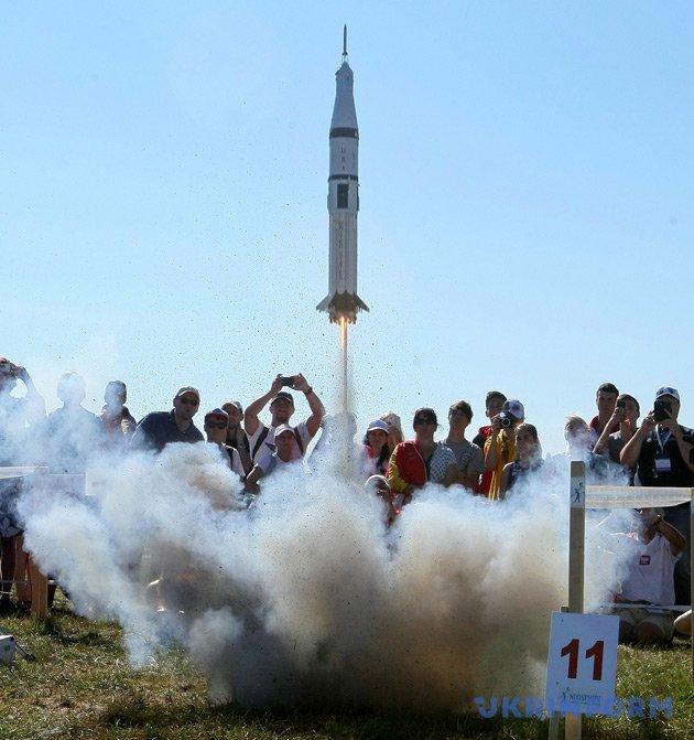 Запуск моделі ракети командою Румунії
