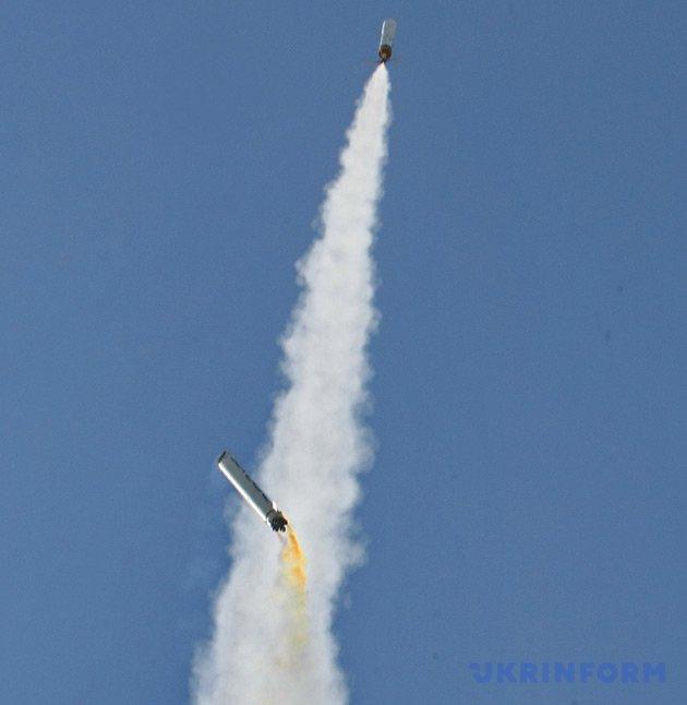 Відокремлення першої ступені моделі ракети, запущеної українською командою