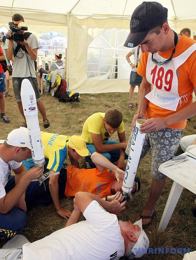 Учасники команди України готують до запуску модель ракети