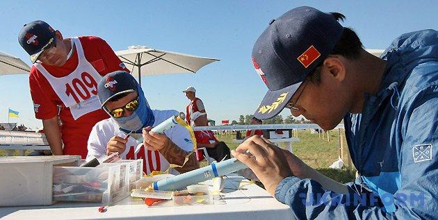 Спортсмени китайської команди ракетомоделювання готують свої моделі до змагань